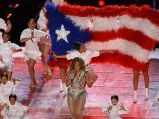 Critica la PETA a Jennifer Lopez por usar plumas de aves