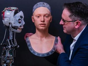 Ai-Da: el primer robot artista que dibuja y hace performance
