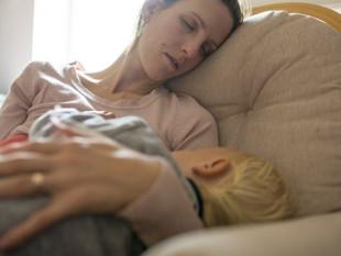 Cuidar a los hijos cansa más que trabajar (sobre todo a las madres)