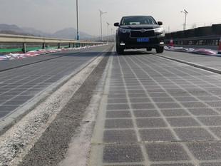 China anunció la construcción de una autopista solar que recargará energía a los autos eléctricos qu