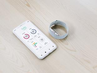 Amazon lanzó una app y una pulsera que analizan el cuerpo y la voz para monitorear el estado de salu