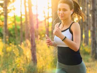 ¿Sabías que no es recomendable para tu salud correr con el celular en la mano?