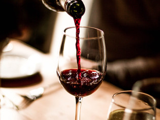 Beber vino tinto podría ayudar a combatir la caries