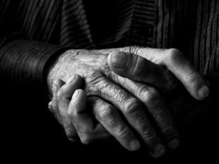 Muere un abuelo que se contagió de coronavirus luego de que su nieta fuera a una fiesta