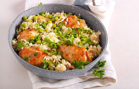Chicken drumsticks with rice and peas in