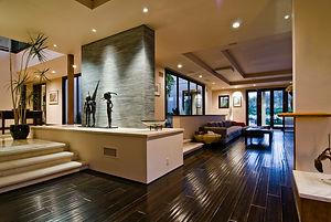 Atrio con scalinata, piccole sculture e arredamento di design
