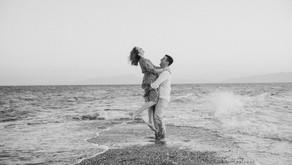 Καλοκαιρινή prewedding φωτογράφιση δίπλα στη θάλασσα