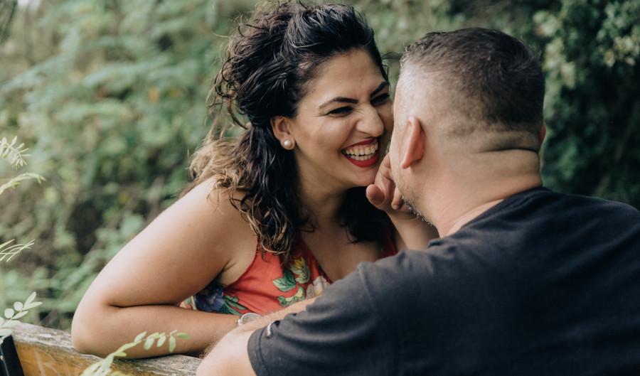 Φωτογράφιση ζευγαριού σε κατά πράσινο τοπίο