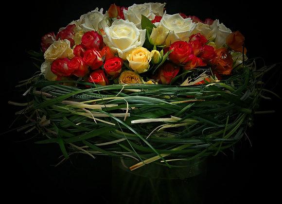 Букет роз в каркасе из берграса.