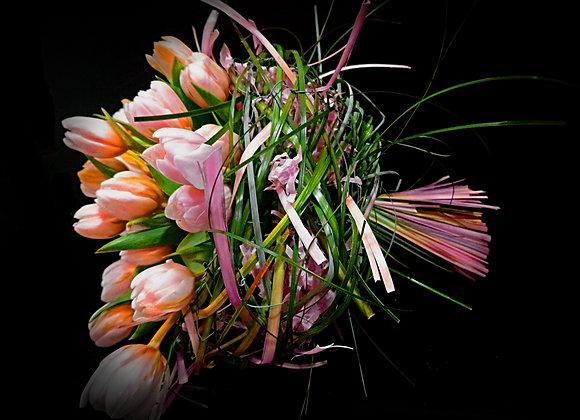 Букет тюльпанов  в каркасе из берграса.