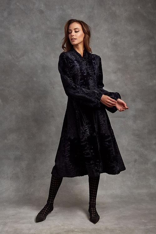 Пальто из меха Swakara синего цвета и ручной вышивкой