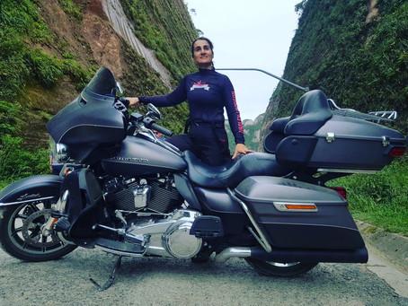 A garota e a moto