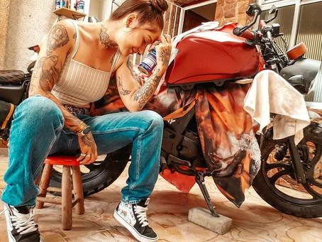 Liah Benz e sua Yamaha Fazer customizada