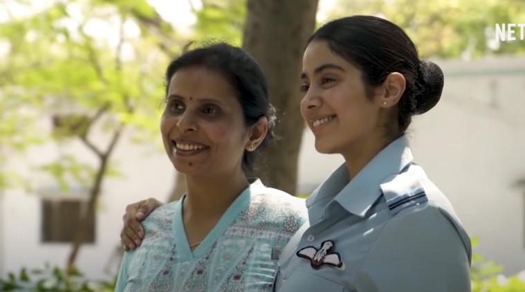 Na foto, Gunjan e a atriz que a interpretou no filme, Janhvi Kapoor.