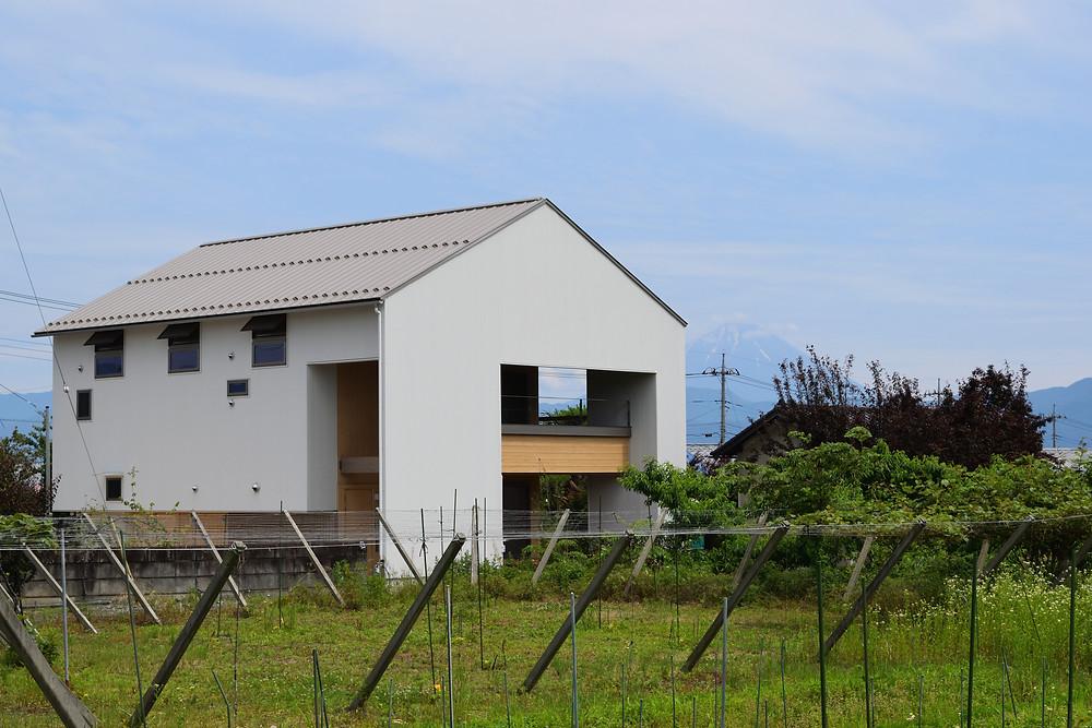 外観 白い外壁の家 富士山 畑の中の家 切り妻屋根の家 エコ住宅