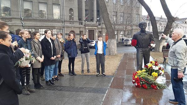 Дворцовцы возлагают цветы к памятнику ро