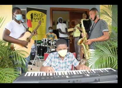 La Fondation Buju Banton et Audiomack apportent la musique au foyer pour garçons de Mount Olivet.