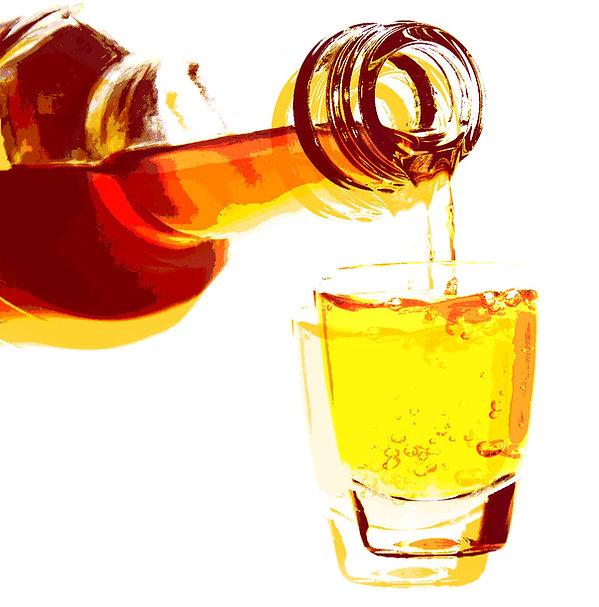 Imagem de garrafa e copo de cachaça
