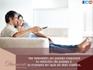 Ver televisión en pareja mejorará tu relación de pareja y la manera en que se dan cariños, mira: