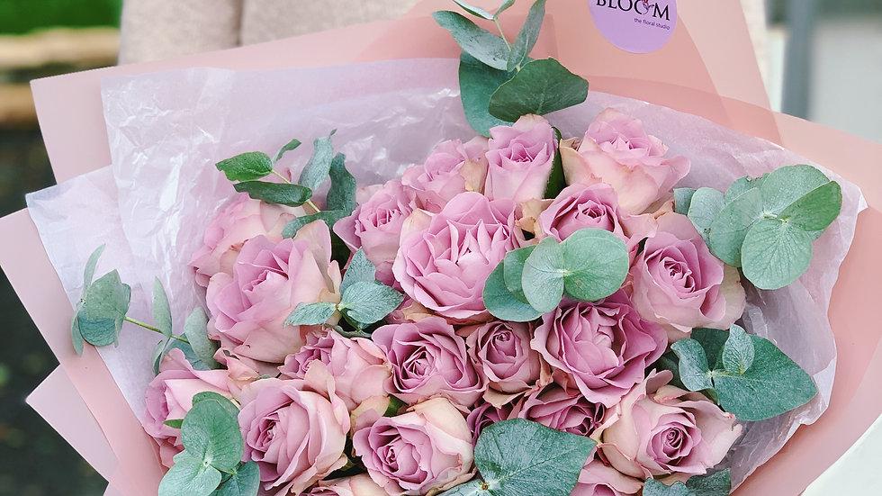 Монобукет из 25 роз с эвкалиптом