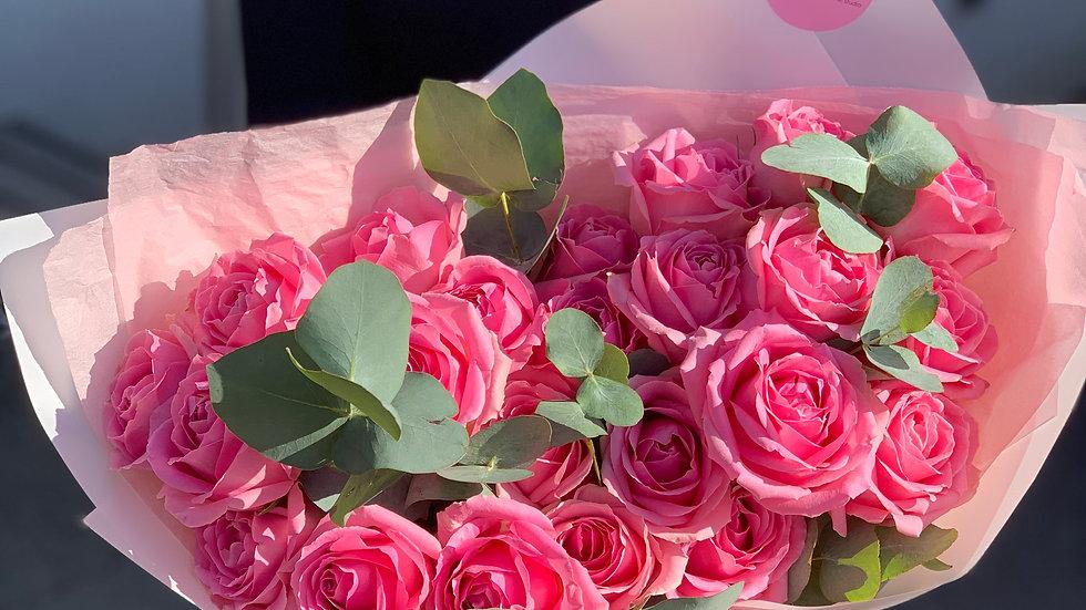 Букет из розовых роз с эвкалиптом