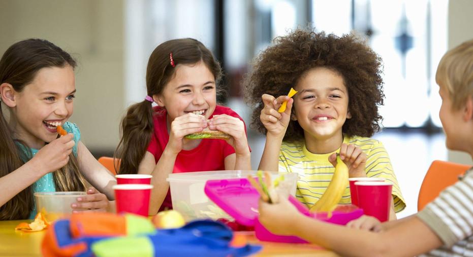 636679546274329542-Kids-eating-lunch.jpg