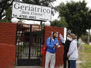 Fernando Moreira entrega celulares a adultos y cierra acuerdo con el PAMI