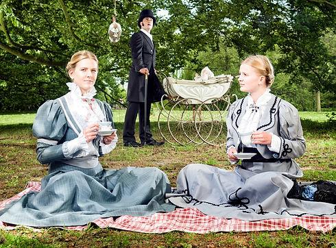 Dames in historische theaterkledij en heer in kostuum - Avothea Gent