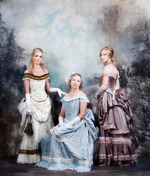 Dames in historische verkleedkledij - Avothea Gent