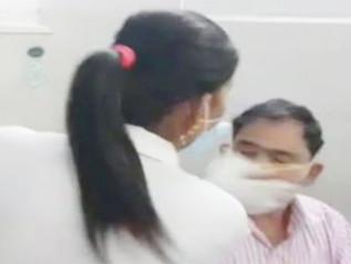 अस्पताल में नर्स ने डॉक्टर को जड़ा थप्पड़, डॉक्टर ने भी मारा मुक्का, वीडियो वायरल , देखें वीडियो