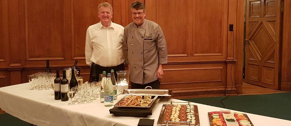 Marc & Beat vor einem Buffet an einem Apéro
