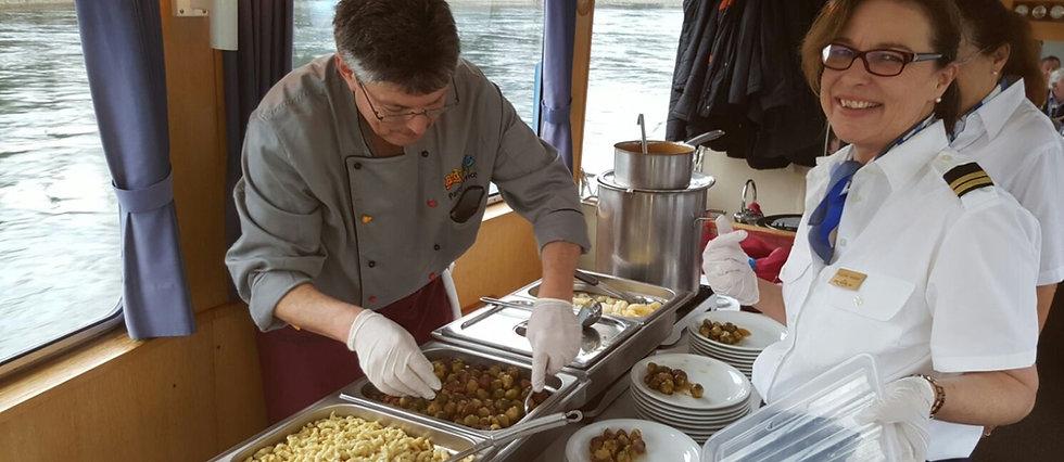 Beat Brunner serviert auf der Albatros ein Mittagsmenü