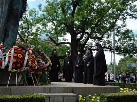 Венец от патриарх Неофит пред паметника на св. братя Кирил и Методий пред Националната библиотека