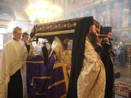 """В катедралата """"Св. Неделя"""" бяха отслужени Царски часове и вечерня с изнасяне на Христовата плащаница"""