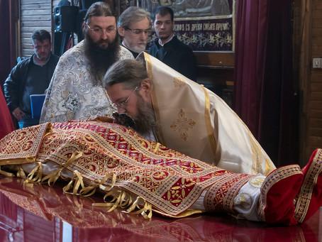 """Преобличане тялото на св. крал Стефан Милутин в митрополитската катедрала """"Св. Неделя"""""""