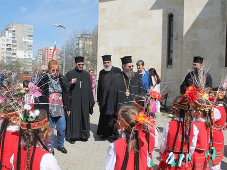 """Лазарки от детска градина """"Елхица"""" поздравиха епископ Поликарп в храм """"Рождество Христово"""""""