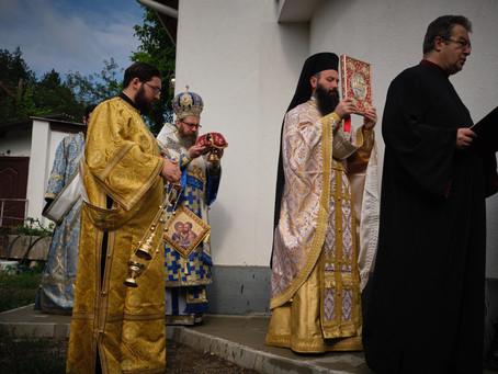 """Пълно освещаване на храм """"Св. първовърховни апостоли Петър и Павел"""" в с. Владо Тричков"""
