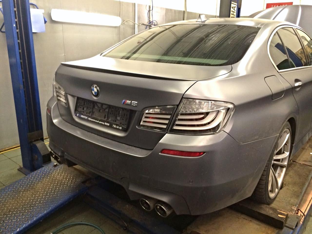 BMW M5 бесконтактное открывание багажника