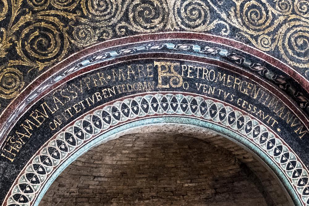 Battistero Neoniano o degli Ortodossi - interno, iscrizione latina lato ovest