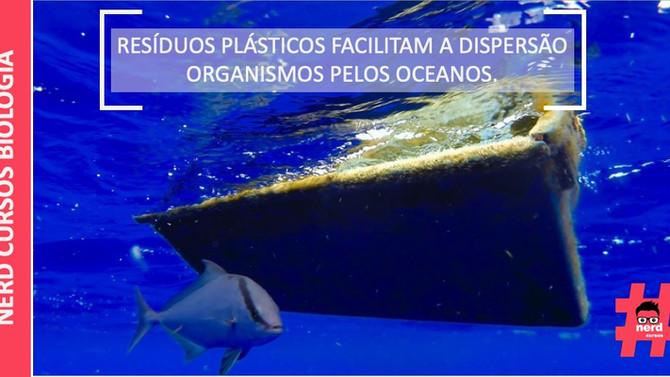 RESÍDUOS PLÁSTICOS FACILITAM A DISPERSÃO ORGANISMOS PELOS OCEANOS.