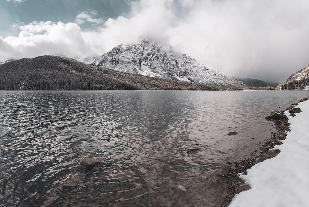 lakeshore-snow-mountain-banff-canada