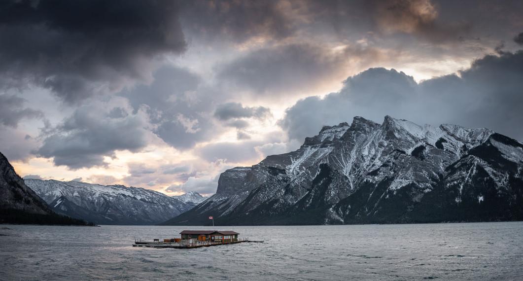 lake-minnewanka-morning-panoramic-banff-