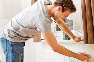 man changing temperatire of radiator_edited_edited.jpg