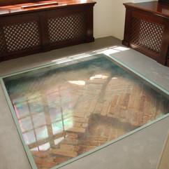 szklana podłoga w pokoju w wieży