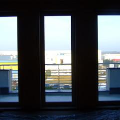 widok na taras z okien pomieszczeń