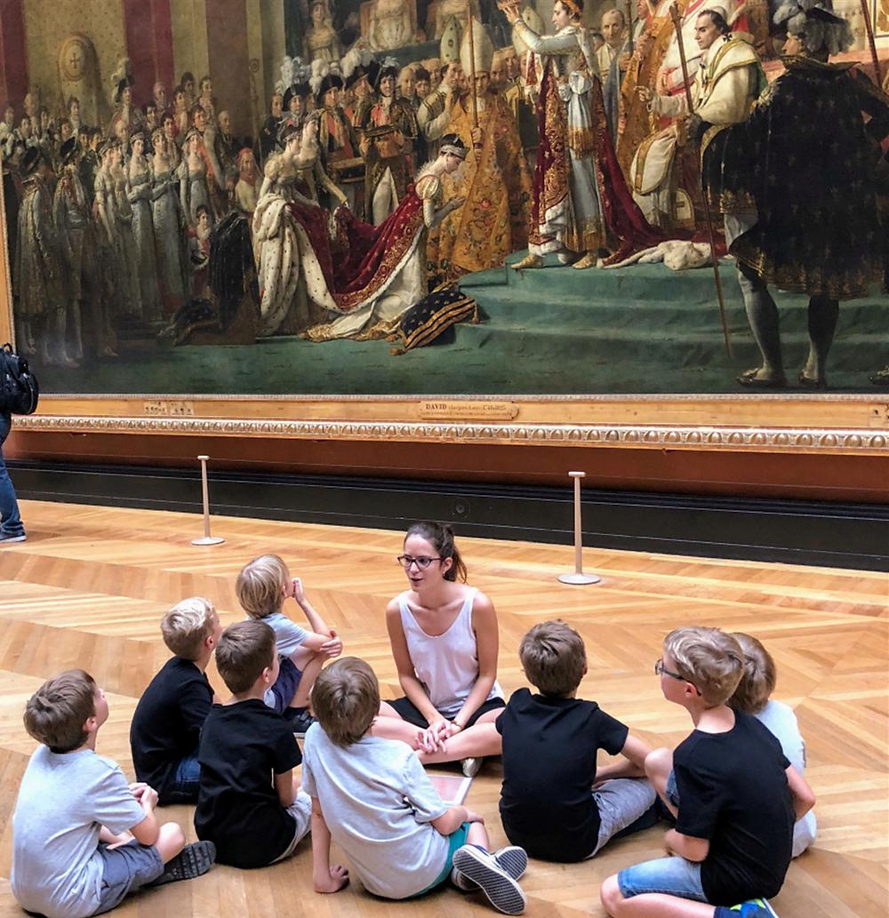 Cécile Bonneau en visite pédagogique au Louvre (c) Les Petites Evasions