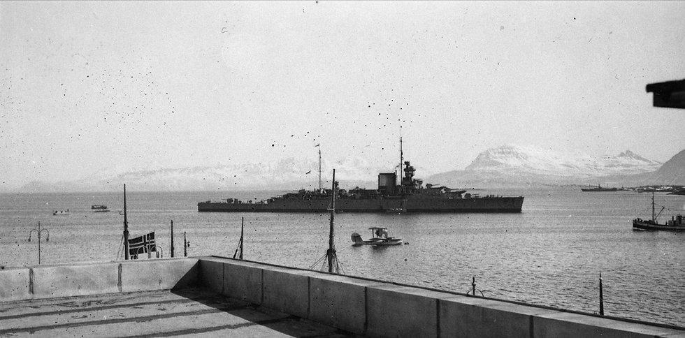 HMS Effingham Plane Puffer and 2nd desto