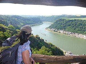Rheinsteig_Rheinblick_Burg Katz_Wanderer