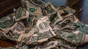 紙幣は破り、硬貨は投げ捨てる─「約20年間お金を使ったことのない男」の奇妙な人生【クーリエ・ジャポンからの抜粋-Vol.165】
