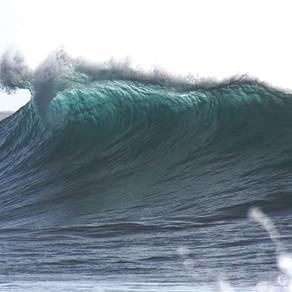 サーファーは波が来ないと波に乗れない